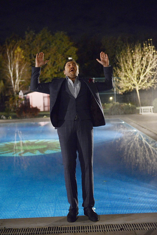 Yetkin Dikinciler, korkudan buz gibi havuza atladı!
