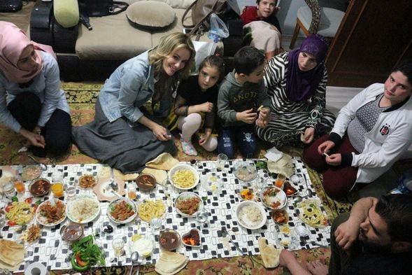Gamze Özçelik, Suriyeli aileyle iftar yaptı!